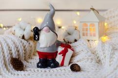 圣诞老人逗人喜爱的陶瓷小雕象  免版税库存照片