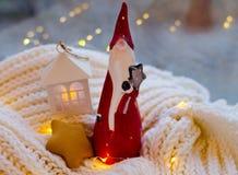 圣诞老人逗人喜爱的陶瓷小雕象  库存照片