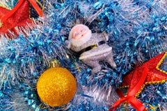 圣诞老人闪亮金属片星和球  免版税库存照片
