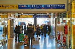 圣诞老人露西娅与游人的火车站在威尼斯,意大利 图库摄影