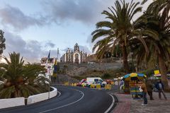 圣诞老人露西娅,大加那利岛在西班牙- 2017年12月13日:有人和汽车的街道和后面的教会,在 图库摄影