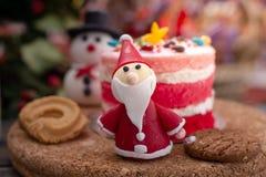 圣诞老人项目用被弄脏的杯形蛋糕和曲奇饼为庆祝圣诞节打过工 库存照片