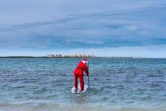 圣诞老人项目进入海滩 库存照片