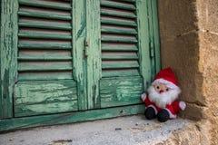 圣诞老人项目,玩偶玩具,在木快门旁边 免版税库存图片