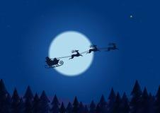 圣诞老人飞行通过在驾驶在线描森林的圣诞节森林圣诞老人雪橇下的夜空 免版税库存照片
