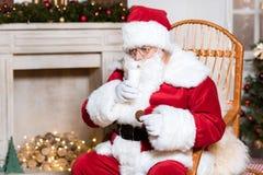 圣诞老人饮用奶 免版税库存照片