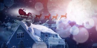 圣诞老人骑马侧视图的综合图象在雪橇的在圣诞节期间 库存照片