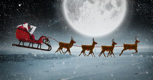 圣诞老人骑马侧视图的综合图象在雪橇的在圣诞节期间 免版税库存图片