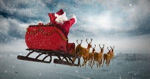 圣诞老人骑马的综合图象在雪橇的在圣诞节期间 免版税库存图片