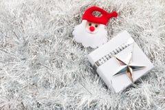 圣诞老人,圣诞节礼物盒和装饰在白枞枝杈 图库摄影