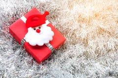 圣诞老人,圣诞节礼物盒和装饰在白枞枝杈 库存照片