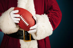 圣诞老人:举行橄榄球 免版税库存照片