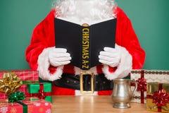 圣诞老人读书圣诞节A-Z 免版税库存照片