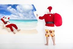 圣诞老人绘画在墙壁上的假期概念 图库摄影