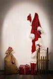 圣诞老人-夹克、帽子、起动、大袋和爬犁器物  免版税库存图片
