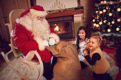 圣诞老人去掉从袋子的礼物 库存图片