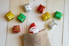 圣诞老人从有弹起的礼物的大袋突然出现  免版税库存图片