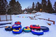 圣诞老人`村庄, Val大卫,魁北克,加拿大- 2017年1月1日:雪管材幻灯片在圣诞老人村庄在冬天 免版税库存照片