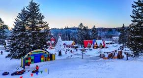 圣诞老人`村庄, Val大卫,魁北克,加拿大- 2017年1月1日:雪管材幻灯片在圣诞老人村庄在冬天 库存照片