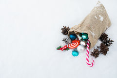 圣诞老人` s充分礼物袋子圣诞节玩具和礼物在雪 免版税库存照片