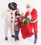 圣诞老人` s帮手运作在北极、矮子和孩子 免版税库存照片