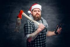 圣诞老人` s帽子饮用的啤酒的一个人 免版税库存照片