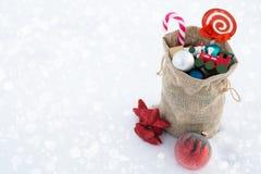 圣诞老人` s礼物袋子圣诞节在雪充分戏弄 复制空间 免版税库存图片