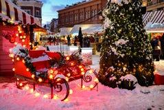 圣诞老人` s雪橇和圣诞树在bokeh光 背景 库存图片