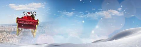 圣诞老人` s雪橇和驯鹿` s的多云天空转折 免版税库存图片