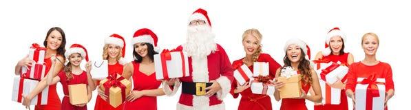 圣诞老人calaus和愉快的妇女有礼物盒的 库存图片