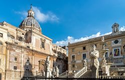 圣诞老人Caterina与比勒陀利亚喷泉的雕象的教会圆顶看法向前在巴勒莫,西西里岛 库存图片