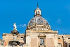 圣诞老人Caterina与比勒陀利亚喷泉的雕象的教会圆顶看法向前在巴勒莫,西西里岛 免版税库存照片