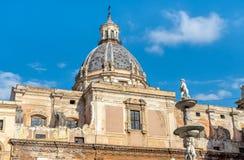 圣诞老人Caterina与比勒陀利亚喷泉的雕象的教会圆顶看法向前在巴勒莫,西西里岛 免版税图库摄影