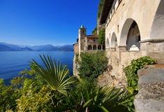 圣诞老人Caterina在Lago Maggiore的del Sasso 免版税库存图片