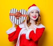 年轻圣诞老人Clous女孩画象红色衣裳的 免版税库存照片