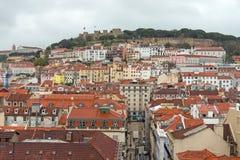 从圣诞老人Justa电梯的圣乔治城堡,里斯本,葡萄牙 免版税库存图片