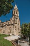 圣诞老人Terezinha和钟楼教会在小山顶部的,在São曼纽尔的一个晴天 库存照片