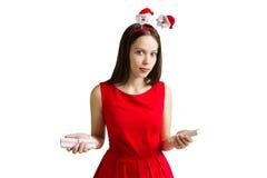 圣诞节、假日、情人节和庆祝概念-红色礼服的微笑的少妇有礼物盒的 库存照片