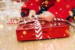 圣诞节、假日和儿童概念,特写镜头小男孩开头箱子礼物OS圣诞老人项目 库存照片