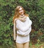 圣诞节、冬天和人概念-愉快的相当女孩 免版税库存图片