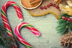 圣诞节、新年构成与姜饼人,蜜桔、杉树、桂香和棒棒糖 发光的假日 库存照片