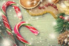 圣诞节、新年构成与姜饼人,蜜桔、杉树、桂香和棒棒糖 发光的假日 免版税库存照片
