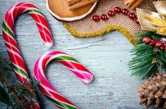 圣诞节、新年构成与姜饼人,蜜桔、杉树、桂香和棒棒糖 发光的假日 库存图片