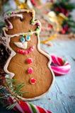 圣诞节、新年构成与姜饼人,蜜桔、杉树、桂香和棒棒糖 发光的假日 免版税库存图片