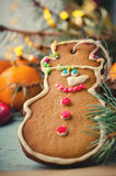 圣诞节、新年构成与姜饼人,蜜桔和棒棒糖 发光的假日装饰 免版税库存照片
