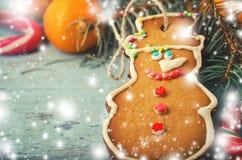 圣诞节、新年构成与姜饼人,蜜桔和棒棒糖 发光的假日装饰 免版税库存图片