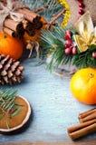 圣诞节、新年构成用蜜桔,杉树,杉木锥体、桂香和棒棒糖 发光的假日 免版税库存图片