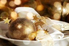 圣诞节一顿欢乐晚餐的桌装饰 免版税库存图片