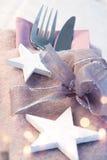 圣诞节一顿欢乐晚餐的桌装饰 图库摄影