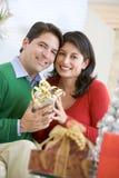圣诞节丈夫存在惊奇的妻子 免版税库存图片